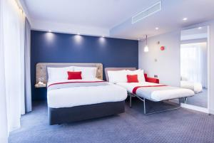 A bed or beds in a room at Holiday Inn Express - Wigan