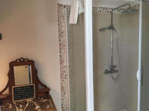Salle de bains dans l'établissement Domaine de Fondain