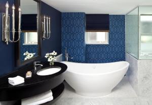 A bathroom at Kimpton George Hotel