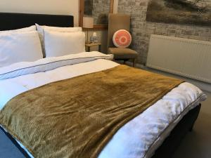 A bed or beds in a room at Central cosy 2 bedroom apartment