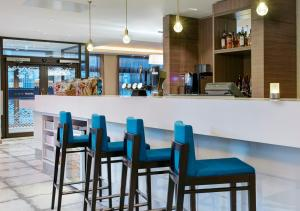 The lounge or bar area at Hampton by Hilton Glasgow Central