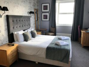 A bed or beds in a room at Muthu Westcliff Hotel (Near London Southend Airport)