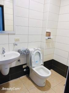 A bathroom at Frank