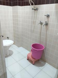 A bathroom at Baba Ji Yatri Niwaas