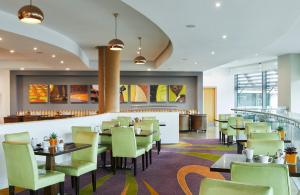 A restaurant or other place to eat at London Marriott Hotel Twickenham