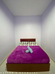 A bed or beds in a room at Rayyan's Roomstay