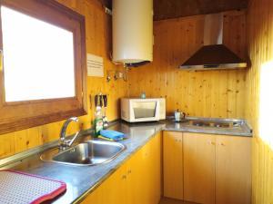A kitchen or kitchenette at Camping Casa Fausto Cerca de Dinopolis
