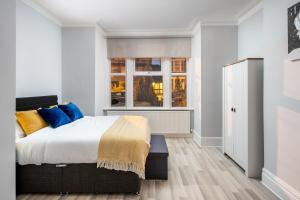A bed or beds in a room at Enfield Town Modern 2 Bedroom Serviced Apartment- Garden