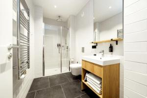 A bathroom at Wilde Aparthotels by Staycity, Berlin, Checkpoint Charlie