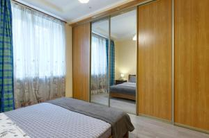 A bed or beds in a room at Apartments CENTER on Lesi Ukraiinky blvd 8-TWO SEPARATE BEDROOMS
