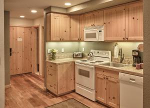 Кухня или мини-кухня в Squaw Valley Lodge