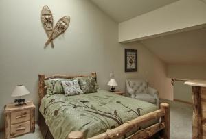 Кровать или кровати в номере Squaw Valley Lodge