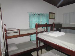 A bunk bed or bunk beds in a room at Hostel Papagaio
