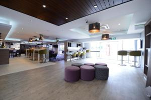 The lounge or bar area at Holiday Inn Wolverhampton - Racecourse