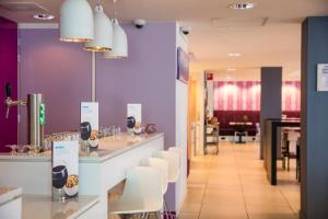 A restaurant or other place to eat at Holiday Inn Express Arnhem