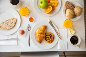 Breakfast options available to guests at Holiday Inn Express Arnhem