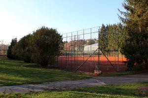 Tenis alebo squash v ubytovaní InterSport Hotel alebo jeho okolí