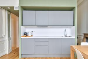 A kitchen or kitchenette at 21Royale