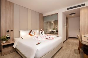 A bed or beds in a room at Nalicas Hotel