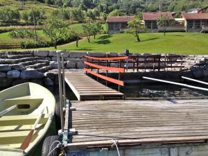 Utsikt over hagen fra Fjorden Campinghytter eller et sted i nærheten