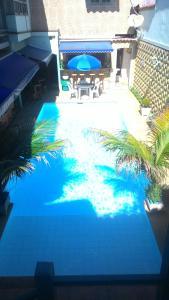 Uma vista da piscina em Suítes Casa Verde ou nos arredores