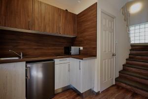 A kitchen or kitchenette at Óvár Apartman