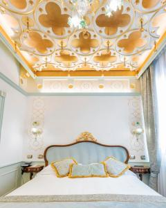 A bed or beds in a room at Monaco & Grand Canal