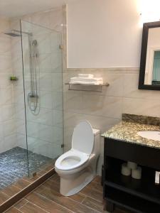 A bathroom at King's Pavilion Hotel