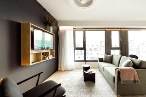 A seating area at Wilde Aparthotels by Staycity, Berlin, Checkpoint Charlie