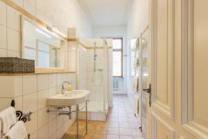 Ein Badezimmer in der Unterkunft FEWO Schieferjuwel 1 OG Weingut CA-Haussmann