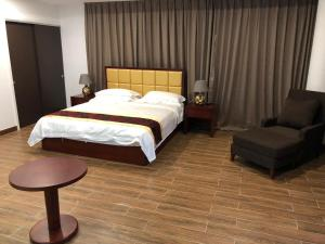A bed or beds in a room at King's Pavilion Hotel