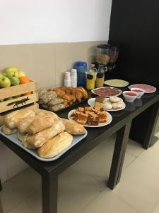 Breakfast options available to guests at Hotel Los Jerónimos y Terraza Monasterio