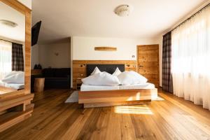Кровать или кровати в номере Garni Hotel Geier
