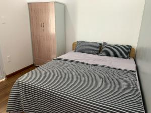 A bed or beds in a room at KIRAKUAN LUXURY 2 BR, 5m Center