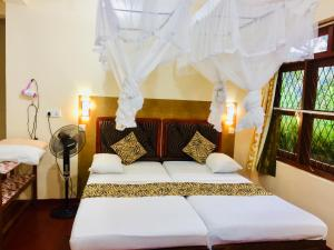 A bed or beds in a room at Hilltop Guest House