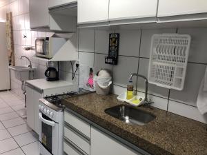 A kitchen or kitchenette at Apt. para Família - Completo em Recife, Boa Viagem - 3 qts - p/ 6 pessoas - 300m da praia
