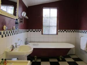A bathroom at Kings Grant Country Retreat