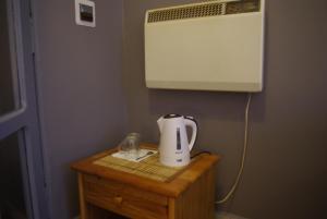 Zestaw do parzenia kawy i herbaty w obiekcie Zajazd Biały Dom