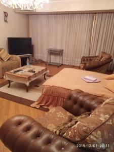 Uma TV ou centro de entretenimento em Apartment on Nariman Narimanov 125