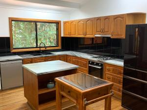 A kitchen or kitchenette at Figtree Getaway