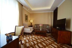 Телевизор и/или развлекательный центр в Lotte City Hotel Tashkent Palace