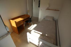 A bed or beds in a room at Almada SKY - Just Girls