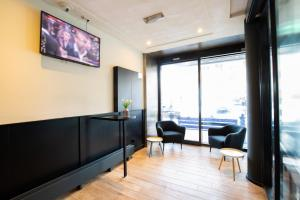 A television and/or entertainment centre at Bastion Hotel Rotterdam Alexander