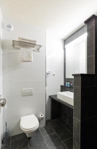 A bathroom at Bastion Hotel Rotterdam Alexander
