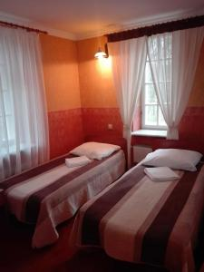 Łóżko lub łóżka w pokoju w obiekcie Roskosz Zespół Dworsko Parkowy