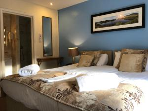 A bed or beds in a room at Royal Hotel
