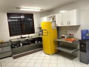 A kitchen or kitchenette at Mansão no Paraíso