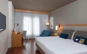 A bed or beds in a room at Mercure Campinas
