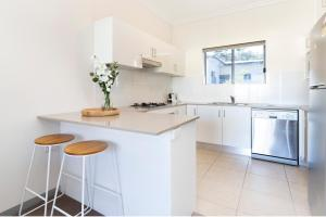 A kitchen or kitchenette at Light, bright and spacious unit close to beaches