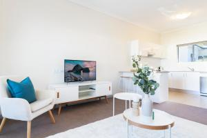 A seating area at Light, bright and spacious unit close to beaches